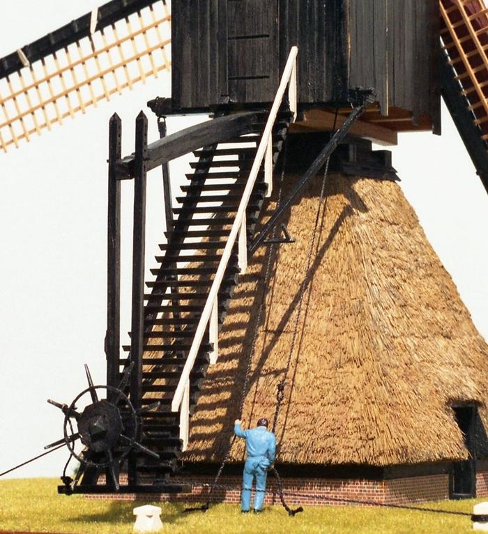 Penterbak bouwt De Zandwijkse Molen. Molenaar met de vangtouwen.