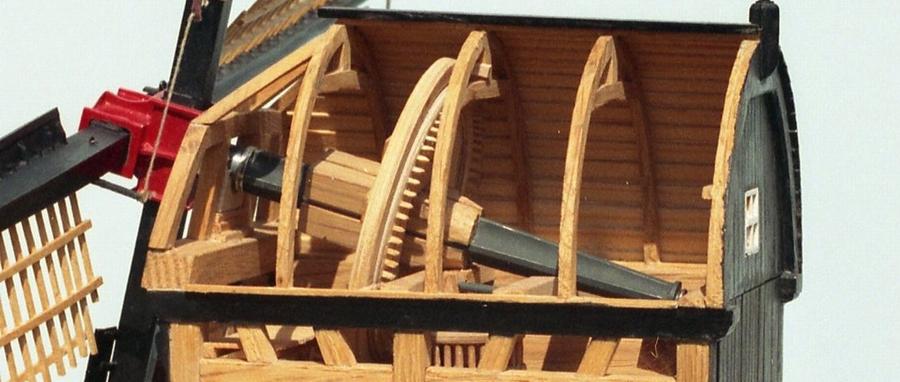 Penterbak bouwt De Zandwijkse Molen. Detail bovenas en bovenwiel met vang.