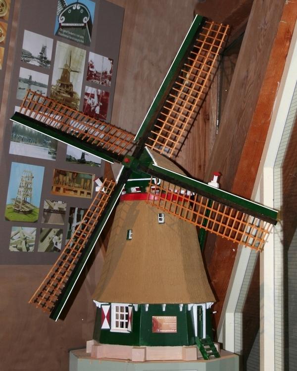 Wil je deze achtkante poldermolen zelf bouwen? Penterbak Modelbouw levert de bouwtekening met een duidelijke werkbeschrijving. Wil je deze molen met eigen ogen aanschouwen? Ga dan eens op bezoek bij Stelling koren-museummolen De Adriaan in Haarlem Centrum.