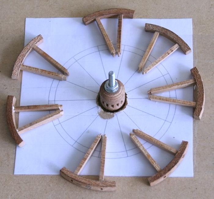 Penterbak bouwt een mallejan. Velgen, spaken en wielnaaf op de bouwmal.