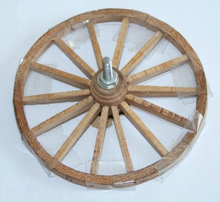 Penterbak bouwt een mallejan.Voor proef gemonteerd wiel.