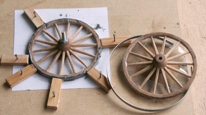 Penterbak bouwt een mallejan. Lijmen van de velgband.
