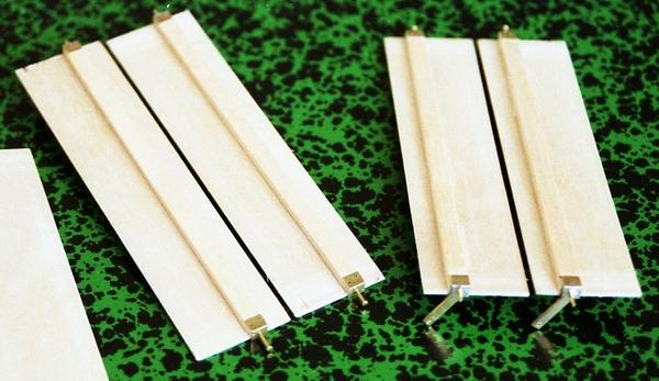 De kleppen zijn voorzien van een kleplat waar de scharnieren op zijn vastgezet.