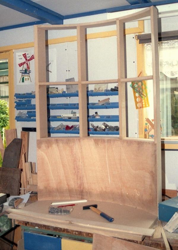 De korenmolen. De achterwand voor een schaalmodel van een koppel maalstenen.
