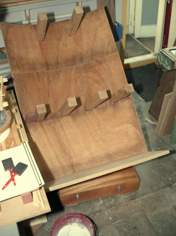 Zijwand met balkenvloer voor een model van een koppel maalstenen.