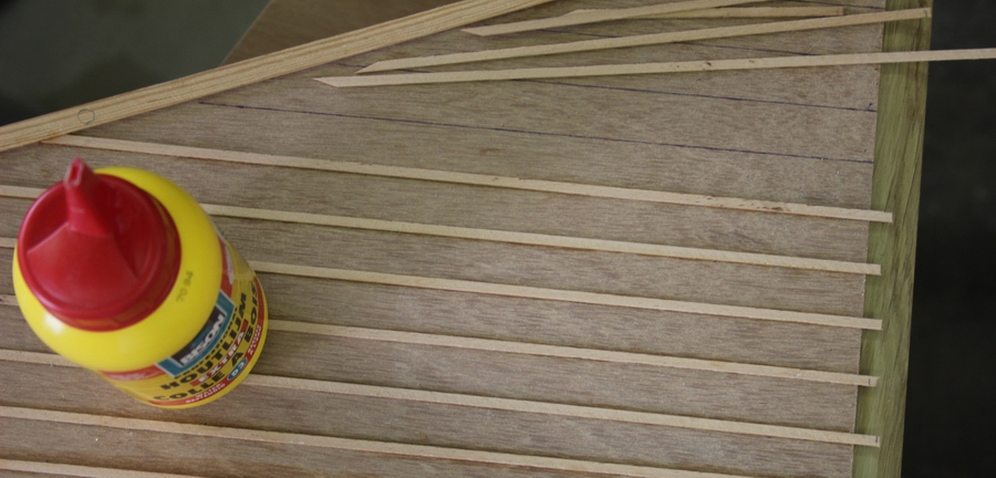 Penterbak modelbouw latjes lijmen op de ondertoren van de tuinmolen