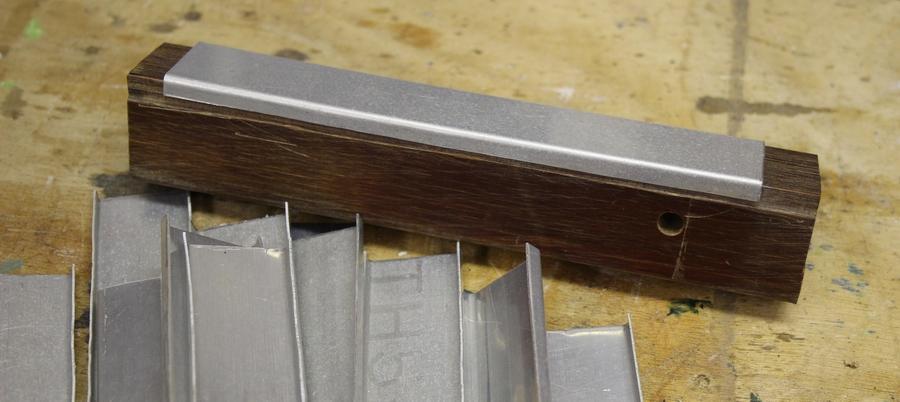 Penterbak modelbouw , klopblokje voor de houeklijnen van het scheprad