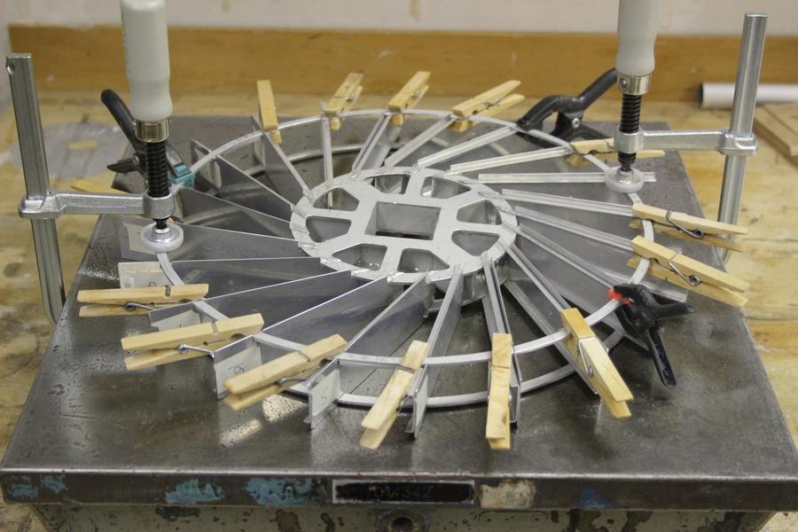 Penterbak bouwt een werkende tuinmolen wipmolen